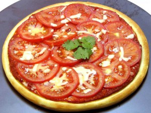 вчимося готувати смачну піцу з ковбасою і помідорами